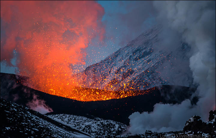 bloggers Andrey and Luidmila pictured a beautiful volcanic eruption in Kamchatka.