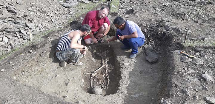 Proessor Artur Kharinsky and the team excavating the grave